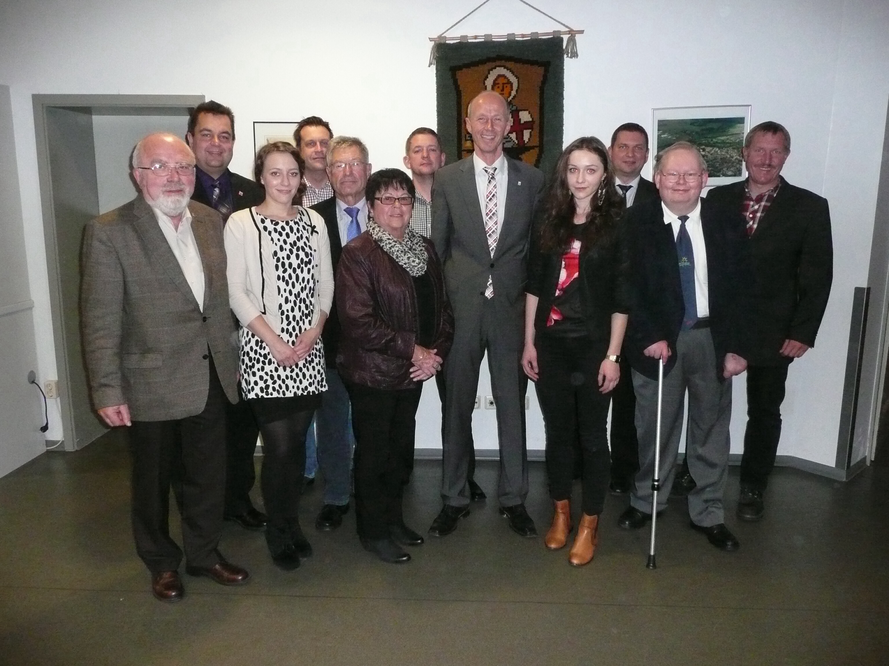 zum Foto (von links): Gottfried Birke, MdB Thomas Viesehon, Vanessa Becker, Guido Thoma, Hartmut Thier, Helga Brede, Marc van Biene, MdL Armin Schwarz, Sophia Becker, Stadtverordnetenvorsteher Marko Lambion, Andreas Brand, Fraktionsvorsitzender Gerd Frese
